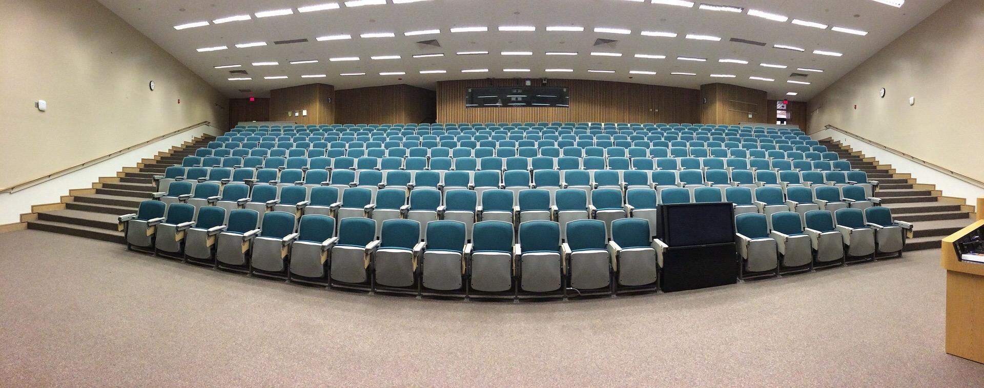 la dificultad de hablar frente a un auditorio abarrotado de gente.